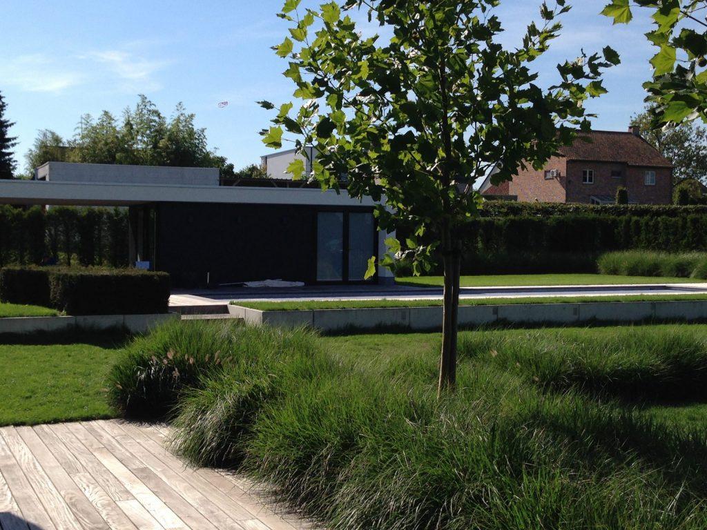 strakke tuin met houten terras